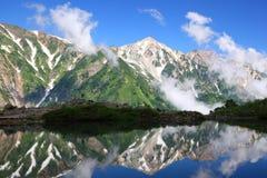 De bezinning van de berg in vijver Royalty-vrije Stock Foto