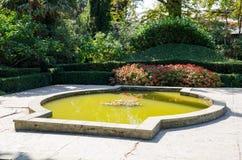vijver Nikita Botanical Garden De Krim, Yalta stock fotografie