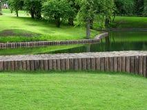 Vijver in park met waterdam Stock Foto