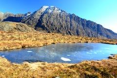 Vijver in rotsachtige bergen van Schotland Stock Fotografie