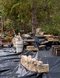 Vijverbouw met materiaal in verschillende plaatsen omhoog wordt gestapeld die Stock Foto