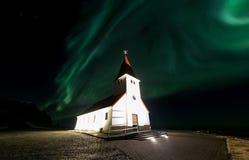Vik教会极光冰岛 库存照片