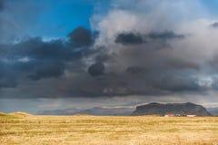VIK,冰岛- 2014年10月16日:风景在冰岛 山和多云天空 接近黑沙子海滩 免版税库存图片