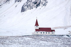VIK/ICELAND - 2-ОЕ ФЕВРАЛЯ: Взгляд церков на Vik Исландии в феврале 0 стоковое фото rf