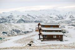 VIK/ICELAND - 2月02日:木瑞士山中的牧人小屋看法在Vik冰岛的 免版税库存图片