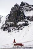 VIK/ICELAND - FEBRUARI 02: Sikt av kyrkan på Vik Iceland på Februari 0 Royaltyfria Foton