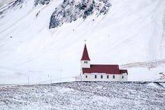 VIK/ICELAND - FEBRUARI 02: Sikt av kyrkan på Vik Iceland på Februari 0 Royaltyfri Foto