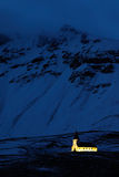 Vik kościół w Iceland Nocy fotografia z lekkim kościół i zmrokiem - błękitna śnieżna góra Zimy scena od zimnego Iceland Dziki nat Zdjęcie Royalty Free