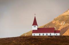 Vik kyrka på en kulleöverkant Island royaltyfri foto
