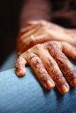 vikande händer s för brud Arkivfoton