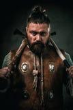Viking com arma fria em um guerreiro tradicional veste-se imagens de stock