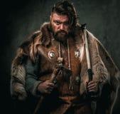 Viking con l'arma fredda in un guerriero tradizionale copre fotografia stock libera da diritti