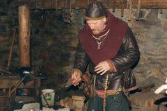 Viking dans la forge Photographie stock libre de droits