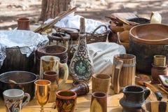 Viking-de schotels zijn op de lijst bij de wederopbouw van het leven van de Vikingen - ` Viking Village ` in het bos dichtbij Ben Stock Fotografie