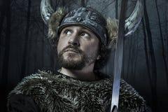 Viking-de strijder, mannetje gekleed in Barbaarse stijl met zwaard, draagt royalty-vrije stock fotografie