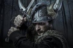 Viking-de strijder, mannetje gekleed in Barbaarse stijl met zwaard, draagt Stock Foto