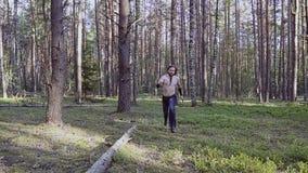 Viking-de strijderslooppas met een mes in van hem dient het hout in Voorbij zeer doelbewust op weg zijnd naar de camera en de loo stock videobeelden
