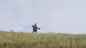 Viking die in de hoorn blazen, die versterkingen roepen stock videobeelden