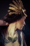Viking, donna del guerriero con la maschera dell'oro, capelli lunghi castana. H lunga Fotografia Stock
