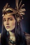 Viking, donna del guerriero con la maschera dell'oro, capelli lunghi castana. H lunga Immagine Stock Libera da Diritti