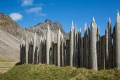 Viking-Dorfzaun und felsige Spitzen Lizenzfreie Stockbilder