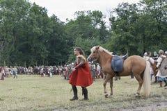 Viking féminin avec son cheval Photo stock