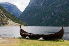 Viking fartyg i en norsk fjord Royaltyfria Bilder