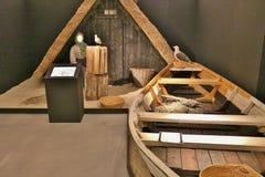 Viking fartyg och koja i ett museum i Danmark Arkivbild