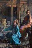 Viking-Frau bereitet Lebensmittel im Topf auf dem Feuer zu Lizenzfreie Stockbilder