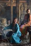 Viking-Frau bereitet Lebensmittel im Topf auf dem Feuer zu Stockfotografie