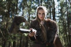 Viking-Frau mit dem Hammer, der traditionellen Krieger trägt, kleidet in einem tiefen mysteriösen Wald lizenzfreie stockfotos