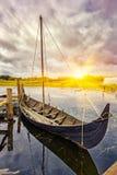 Viking gammalt fartyg i Danmark på solnedgången Royaltyfria Bilder