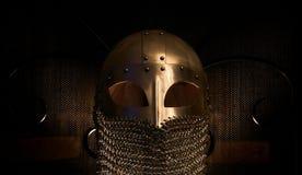Viking Helmet con el correo en cadena, oro foto de archivo