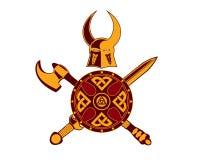 Viking Helmet con la spada, l'ascia e lo schermo Fotografie Stock