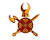 Viking Helmet med svärdet, yxan och skölden Arkivfoton