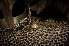 Viking Helmet y cuervo, oro imagenes de archivo