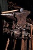 Viking-het weer invoeren van het het zwaardrek van zwaardhandvatten smeedt van het de strijderswapen van Smith van de de uitrusti Stock Afbeeldingen