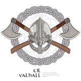 Viking hjälm, korsade viking yxor och i en krans av den skandinaviska modellen Arkivbild