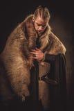 Viking konung i traditionell kläder för en krigare Arkivbilder