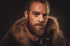 Viking konung i traditionell kläder för en krigare Royaltyfri Foto