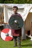 Viking-Krieger, der Klinge und Schild hält Stockfotografie