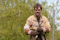 Viking-Kriegersschwertkämpfenanzeige Stockbilder