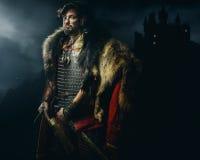 Viking krigare, manlig iklädd barbar- stil med svärdet, björn Arkivfoto