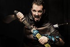 Viking krigare, manlig iklädd barbar- stil med svärdet, björn Royaltyfria Bilder