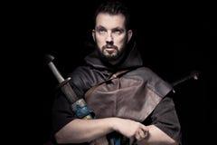 Viking krigare, manlig iklädd barbar- stil med svärdet, björn Royaltyfri Fotografi