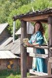 Viking kvinna, brunett i en blå linneklänning, Royaltyfria Foton