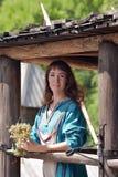 Viking kvinna, brunett i en blå linneklänning, Fotografering för Bildbyråer