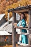 Viking kvinna, brunett i en blå linneklänning, Royaltyfri Fotografi