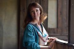 Viking kvinna, brunett i en blå linneklänning, Arkivbild