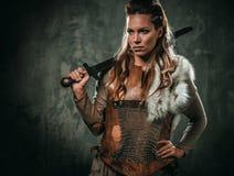Viking kvinna med det kalla vapnet i traditionell kläder för en krigare royaltyfria bilder